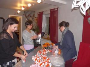 Des lutins du Sou préparent les sachets de friandise du Père Noël